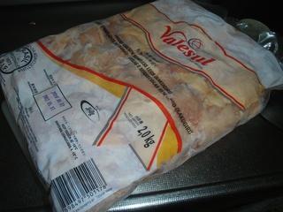 ジグゾーで切断した冷凍もも肉を鍋に!