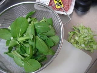 間引いた青梗菜を野菜炒めの材料として使います。