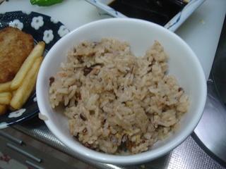 雑穀を混ぜている鳥五目御飯です