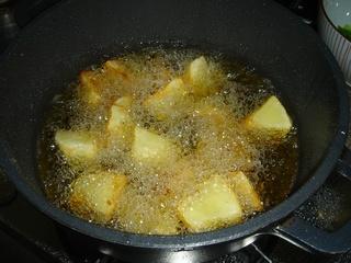 食材準備のためにポテトフライ!